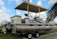 Sun_Tracker_Pontoon_Boat_001.jpg